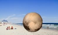 Pouco depois de reclamar da mídia, Plutão foi visto na praia da Barra da Tijuca